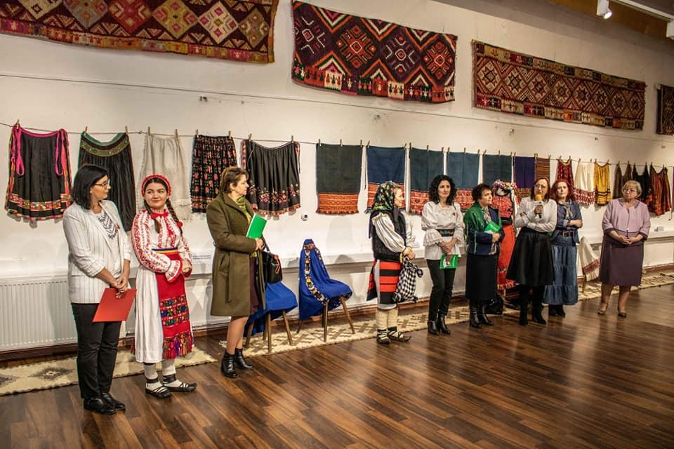 """""""Mărțișor etnografic: Zadii, șorțuri și catrințe""""."""
